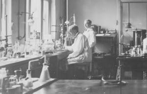 Twee apothekers in een laboratorium