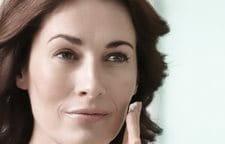 Vrouw brengt Eucerin Volume-Filler Dagcrème aan op haar gezicht