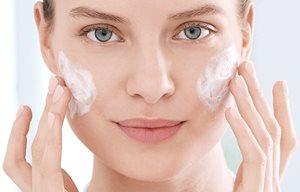 Masseer voorzichtig je gezicht in met de acnepeeling