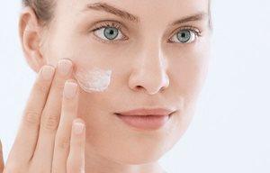 Breng de moisturizer aan na de peeling tegen mee-eters