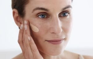Hyaluron-Filler CC Cream Medium aanbrengen